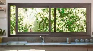 Bungalow en bois avec grande baie vitr e for Fenetre coulissante rectangulaire