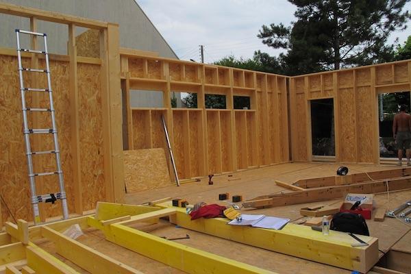 Extension en ossature bois sur longrine b ton for Extension maison 3 murs